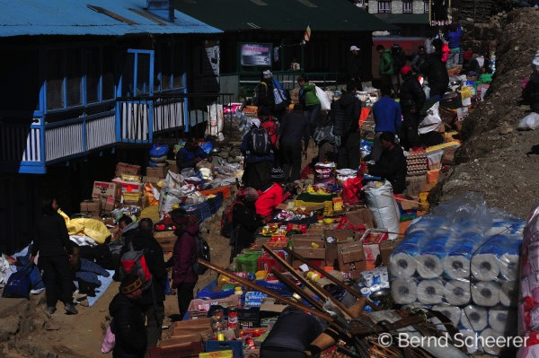 15 reasons to trek in Nepal - Shopping at the local colourful market