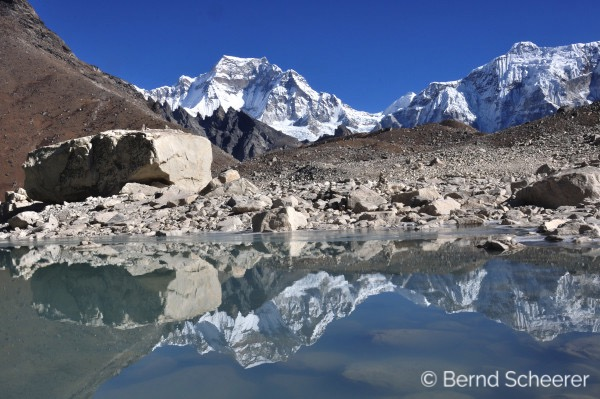 15 reasons to trek in Nepal - Mountains reflected in a lake